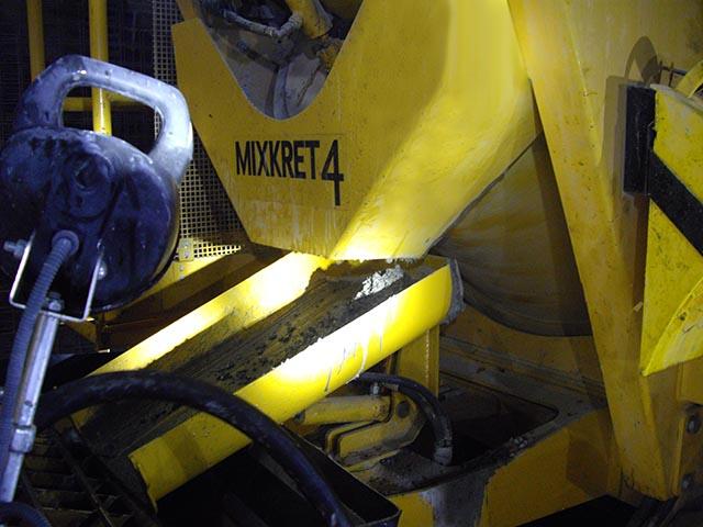 camión mixer descargando